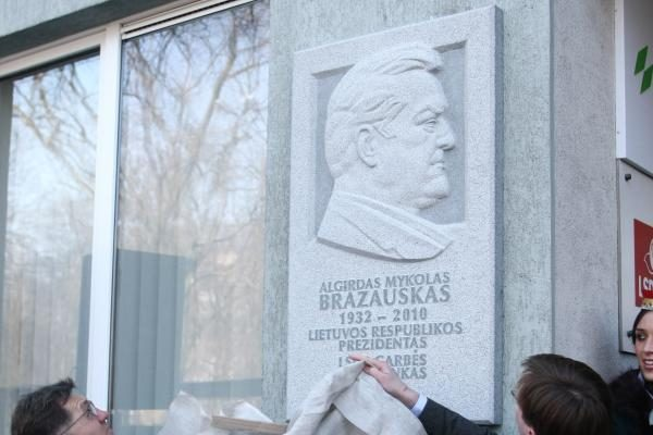 Per mirties metines atidengs paminklą A.M.Brazauskui