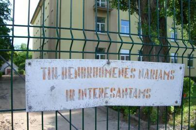Mokyklos ir darželiai saugosi tvoromis