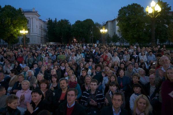 """""""Tebūnie naktis!"""": Vilniaus senamiestyje – naktinių marškinių dirbtuvės"""