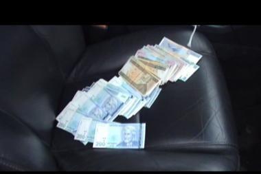 Demaskuotas neoficialų atlyginimą automobilyje mokėjęs direktorius