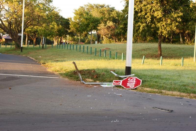 Prostitutės kelio ženklus naudoja kaip stulpus šokiui