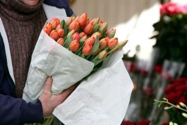 Lankytojas Moters dieną vilios tulpėmis