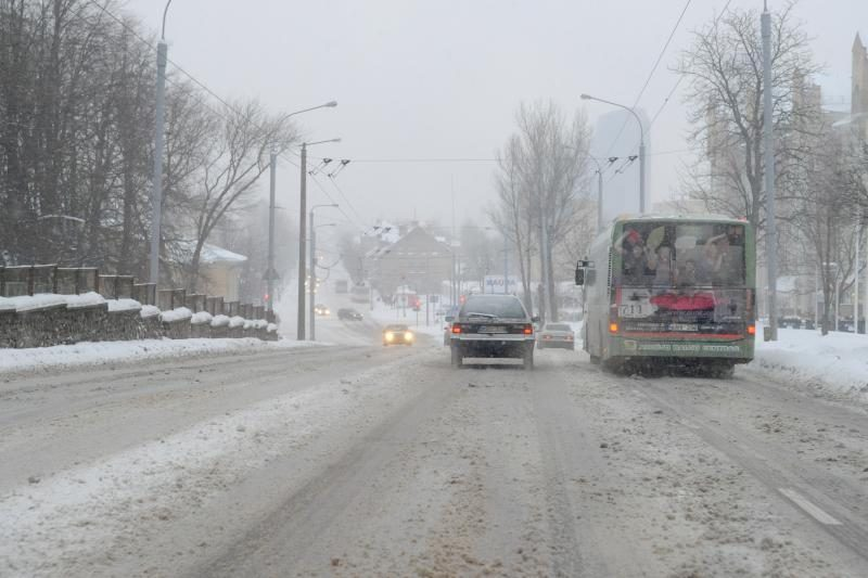 Lietuvoje eismą sunkina sniegas ir plikledis