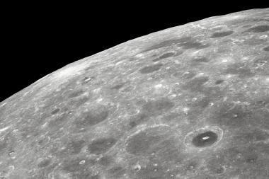 Mėnulis pamažu traukiasi