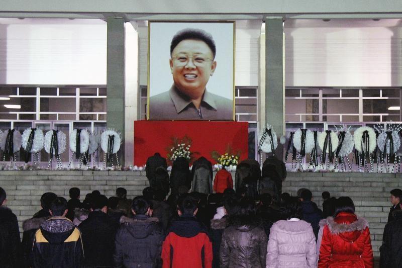 Šiaurės Korėja pagerbė mergaitę, kuri žuvo gelbėdama lyderių portretus