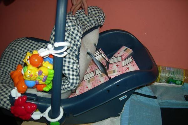 Kontrabandines cigaretes moteris slėpė kūdikio kėdutėje