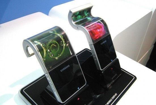 """""""Samsung"""" žengė dar viena žingsnį lanksčiųjų telefonų link"""