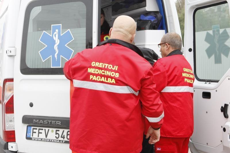 Vilniuje automobilis trenkėsi į stulpą, mama ir sūnus - ligoninėje