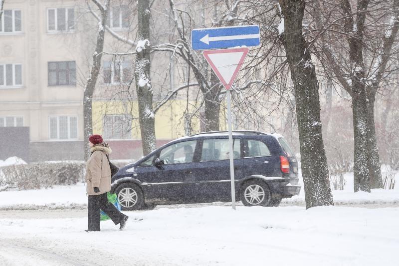 Pietų ir vidurio Lietuvos sninga, kitur tvyro rūkas