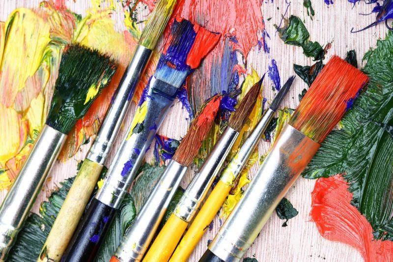 Atidaro padirbtų paveikslų        parodą