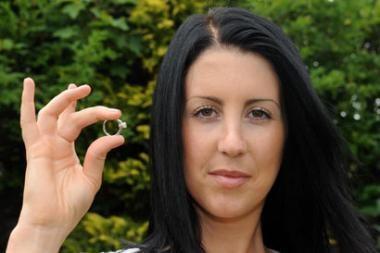 Po trejų metų žiedą atrado šarkos lizde
