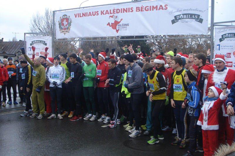 Kalėdinio bėgimo dalyviams balos netrukdė siekti pergalių