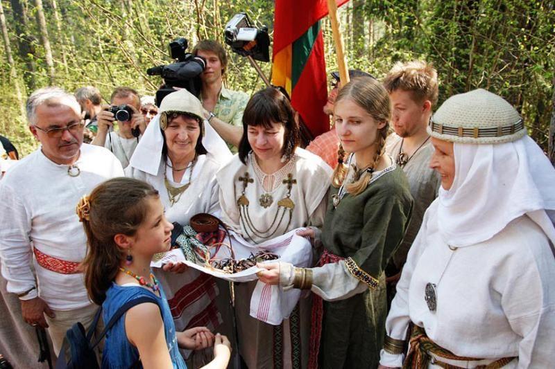 Senojo baltų tikėjimo tęsėjai romuviai sutinka Naujuosius metus - Jorę