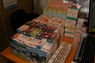 Moters bute Grigiškėse rasta beveik 1 tūkst. kontrabandinių cigarečių
