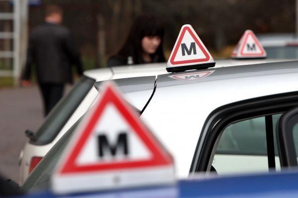 Naujoji tvarka piktina vairavimo mokyklas