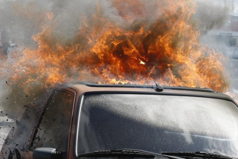 Kairėnų kapinių stovėjimo aikštelėje degė automobilis