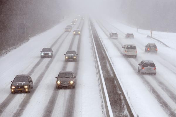 Kelių būklė: eismo sąlygos sudėtingos, daug kur snyguriuoja