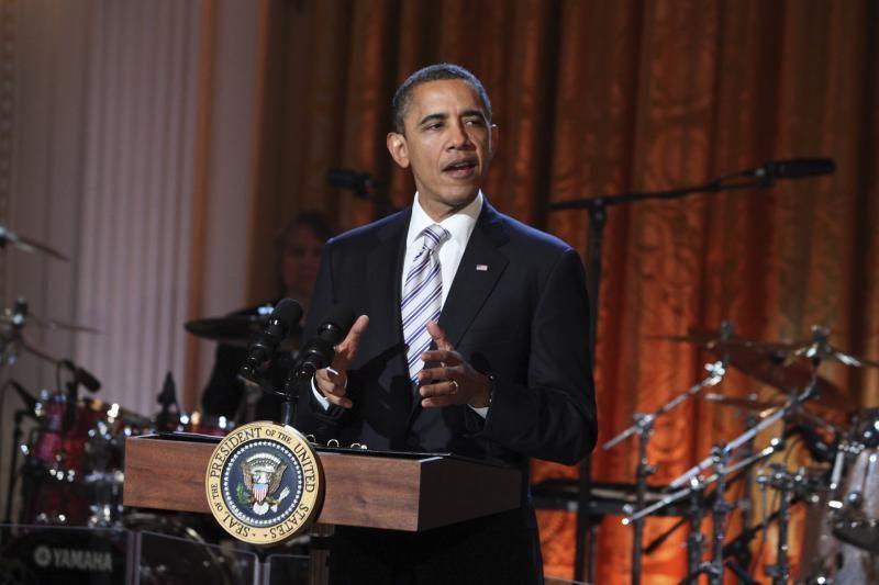 B.Obama per vakarienę su žurnalistais šaipėsi iš savo varžovo M.Romney