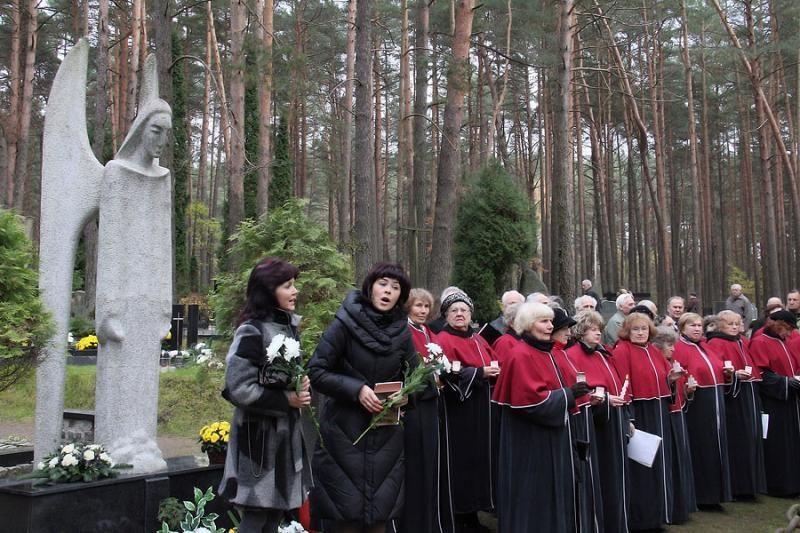 Prie Lietuvos kančių memorialo sužibo šimtai žvakučių