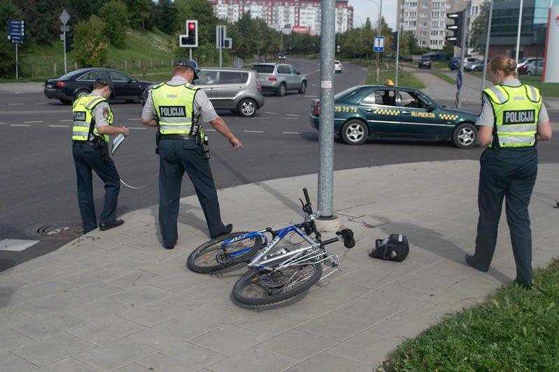 Atsitrenkęs į stulpą dviratininkas pateko į ligoninę