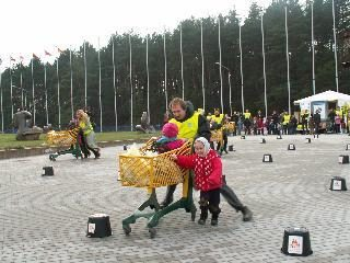 Vežimėlių varžybos ragino būti draugiškesnius šeimoms