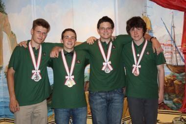 Jaunieji chemikai iš Japonijos sugrįžo su visų spalvų medaliais