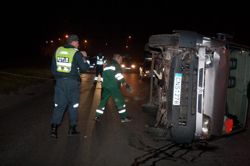Vilniuje krovininis automobilis nuvertė stulpą ir apvirto