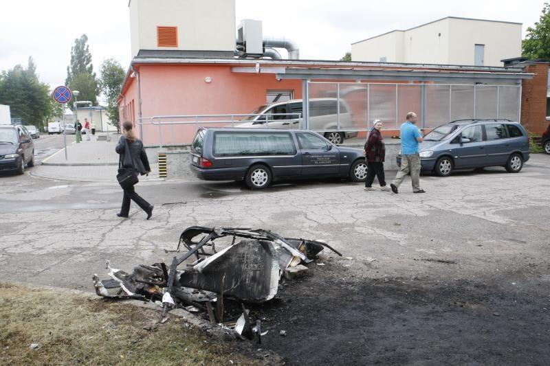 Klaipėdoje sudegintas laidotojų namelis ant ratų