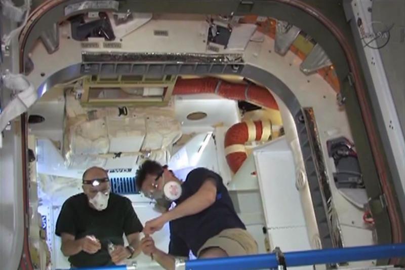 """TKS įgula atvėrė kosminės kapsulės """"Dragon"""" liukus"""