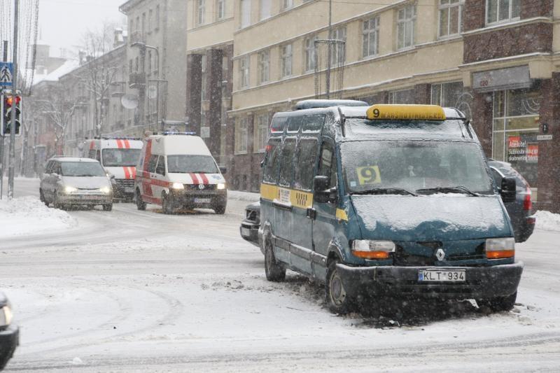 Klaipėdos centre į avariją pateko keleivinis mikroautobusas
