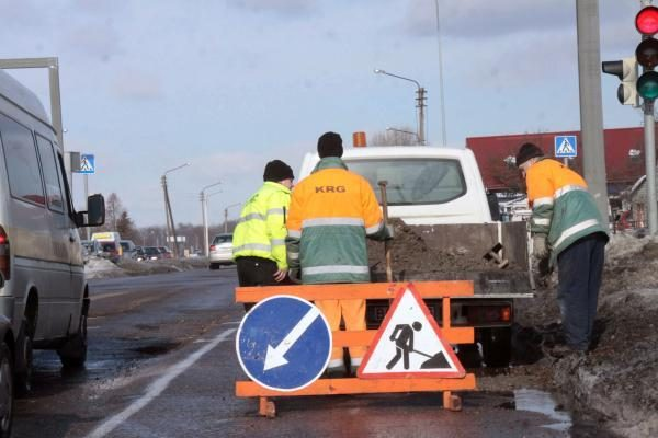 Juodajame kelyje pradėti vandens šalinimo darbai, ribojamas eismas