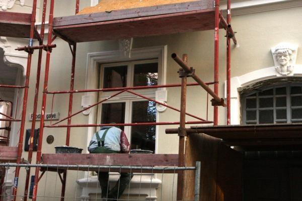 Restauratoriai J.Karoso muzikos mokyklai sugrąžino puošmenas