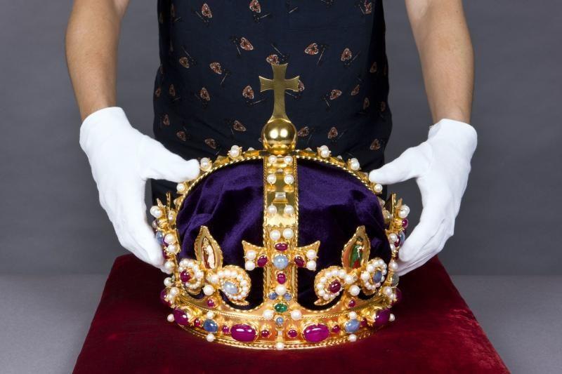 Britanijoje bus eksponuojama atkurta dingusi Henriko VIII karūna