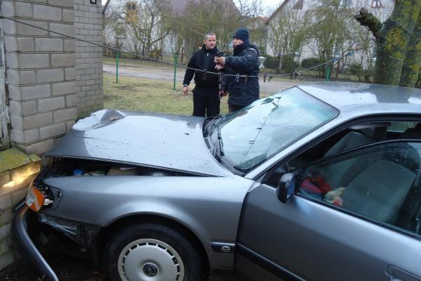 Girto policininko vairuojama mašina rėžėsi į namą (papildyta)