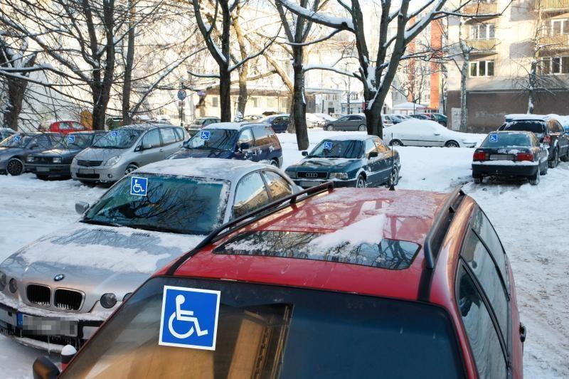 Siūloma leisti neįgaliesiems automobilius statyti nemokamai