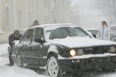 Miestas kovoja su sniegu