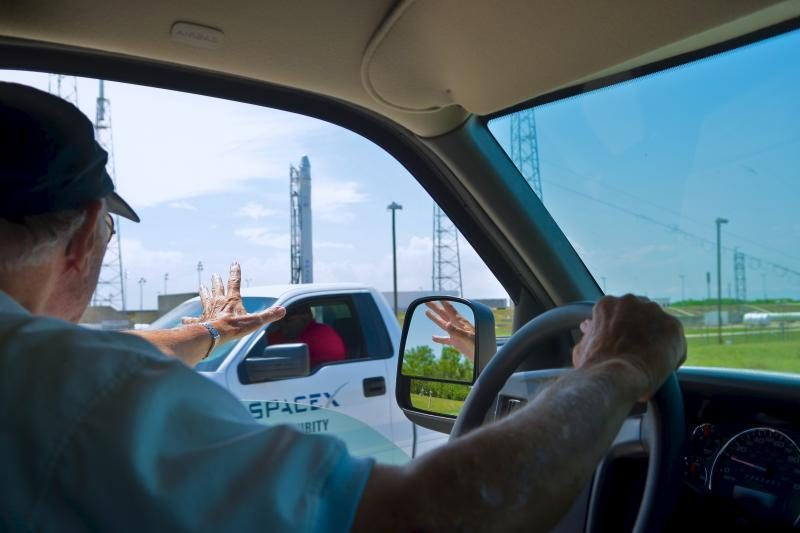 """Bendrovė """"SpaceX"""" paskutinę minutę atidėjo raketos su kapsule startą"""