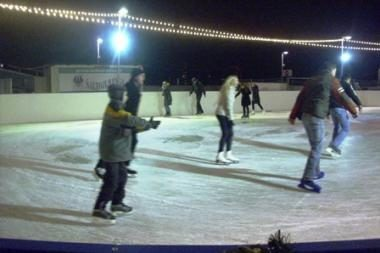 """Nemokama """"Ozo"""" ledo čiuožykla nesutalpino visų norinčiųjų"""