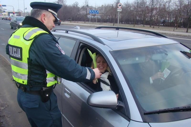Užuot baudę, pareigūnai sveikino vairuojančias moteris