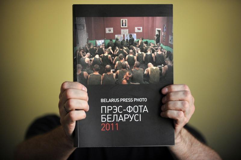 """Minskas svarsto, ar uždrausti """"ekstremistinę"""" fotožurnalistikos knygą"""