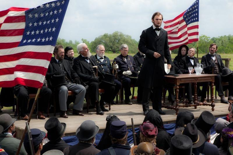 Prodiuseris T. Burtonas atmeta kaltinimus pasityčiojimu iš A. Linkolno