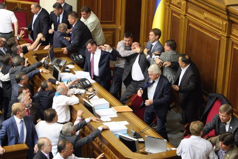 Ukrainos parlamento deputatai susimušė dėl rusų kalbos vartojimo