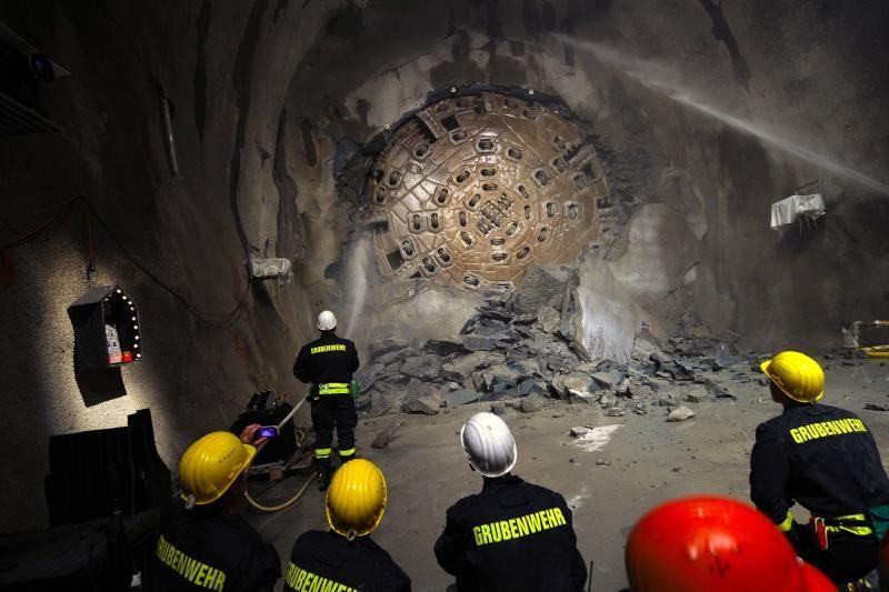 Japonija: po sprogimo tunelyje įstrigo keturi darbininkai