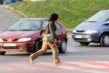 Partrenkta staiga į gatvę išėjusi pėsčioji