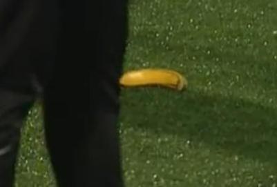 Rusijos futbolo čempionate vėl švystelėtas bananas