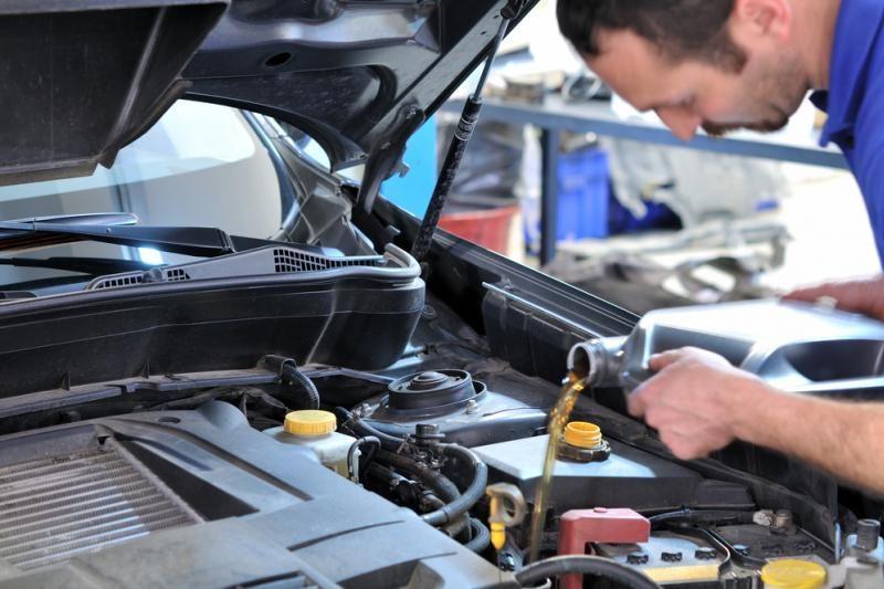 Paprastesnius automobilių priežiūros darbus lietuviai atlieka patys