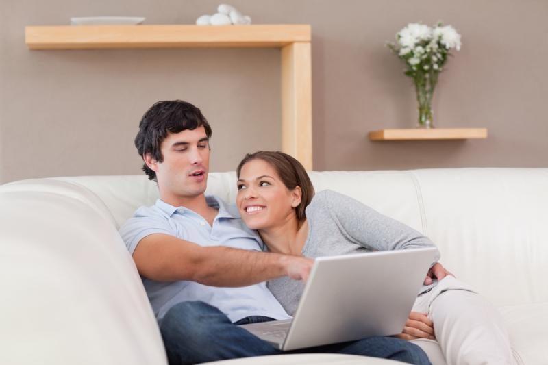Socialiniuose tinkluose moterys lenkia vyrus aktyvumu