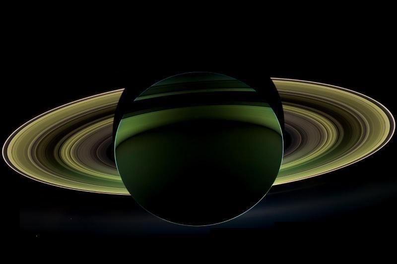 """""""Cassini"""" atsiuntė pasisukusio Saturno palydovo nuotrauką (foto)"""
