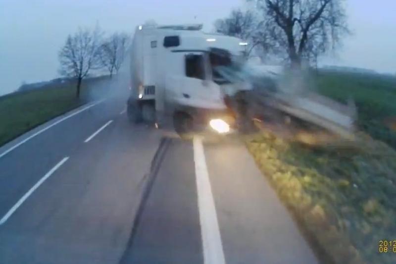Lietuvis vilkiko vairuotojas nufilmavo tragišką avariją Lenkijoje