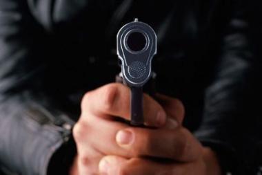 Dujiniais pistoletais ginkluoti broliai miške atėmė iš draugo mašiną